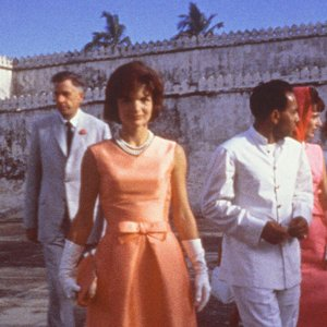 Jackie Kennedy wears Oleg Cassini in India (AP Photo / John F. Kennedy Library and Museum)